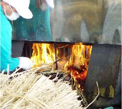 たたきは地元の藁を使用した藁焼き